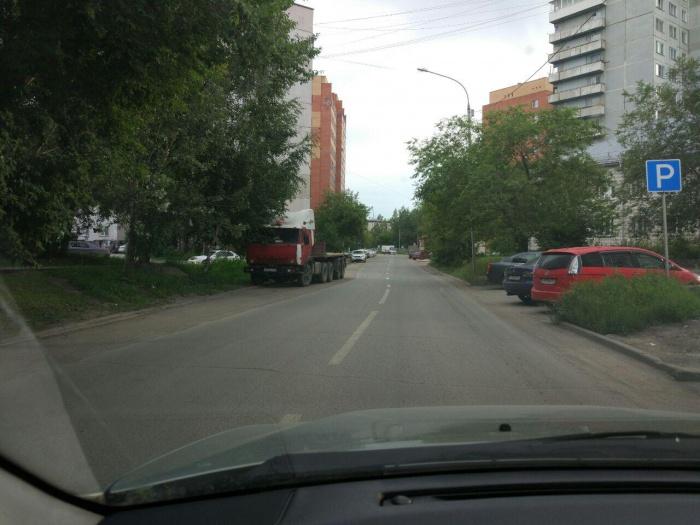 Кривая разметка на улице Пермской на Троллейном жилмассиве