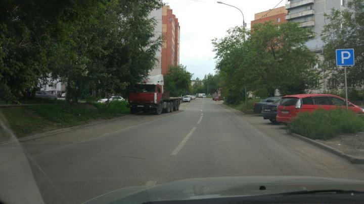 Из-за брошенной фуры дорожники нарисовали пьяную разметку на улице Пермской
