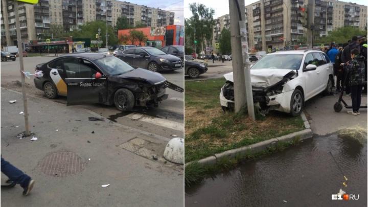 На Уралмаше изменили режим работы светофоров на перекрестке, где машины вылетали на тротуар