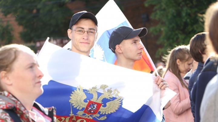 С днем рождения, Россия! Патриотичный, но забавный видеоопрос NN.RU
