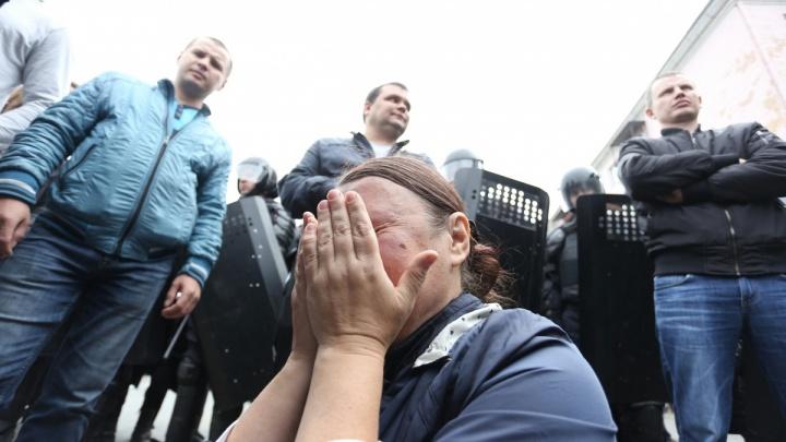 Гвоздики, дубинки и любовь: как задерживали участников митингов против пенсионной реформы в России