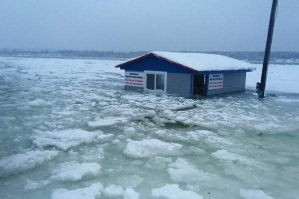 Люди боятся, что строения не удастся освободить ото льда до весны