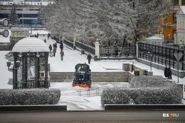 Под чистым белым снегом город смотрится по-зимнему красиво
