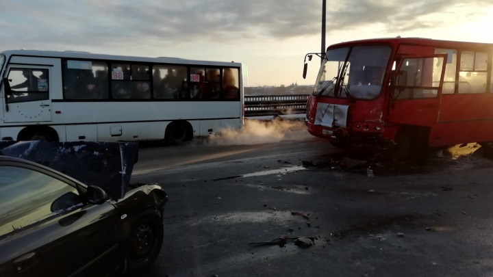 Маршрутка с пассажирами попала в ДТП: Ярославль стоит в восьмибалльных пробках. Хроника и видео