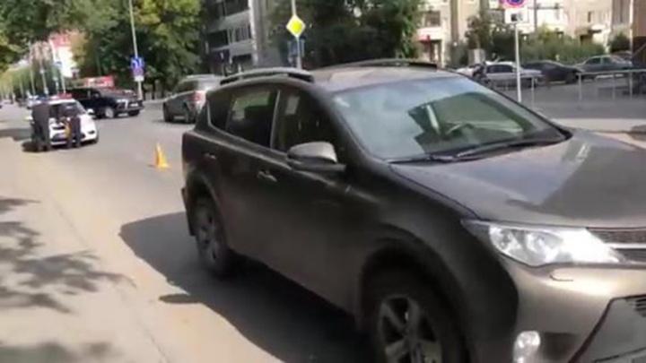 На Максима Горького сбили 7-летнего мальчика. Он выбежал на дорогу из-за припаркованных машин