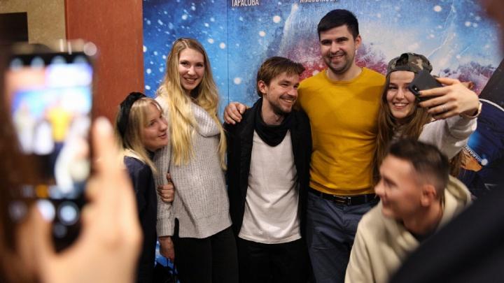Актёр Александр Петров заехал в кинотеатр в Ярославле, чтобы поздороваться с фанатами