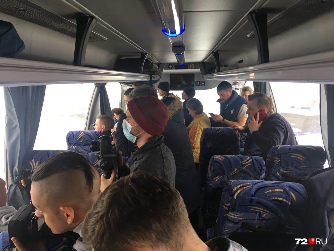 Журналисты больше часа дежурят в автобусе, который находится на взлетно-посадочной полосе