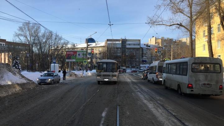 Около железнодорожного вокзала водитель автобуса проехал на красный и сбил пешехода