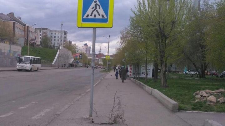 При подборе места под новый знак на переходе по Железнодорожников рабочие оставили дыру в асфальте