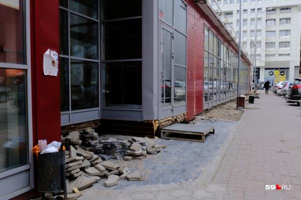 В Перми сегодня сносят киоски не только на придомовых территориях. К примеру, этих павильонов, стоявших напротив ТРК «Колизей-Cinema», уже нет