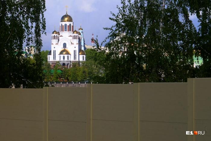 Епархия отказалась от сквера, который огораживали забором для будущей стройки