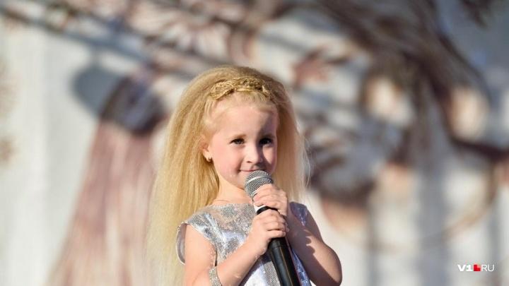 «Ты — маленький ураган»: Пелагея забрала в свою команду самую маленькую певицу из Волгограда