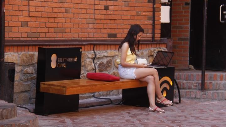В центре Новосибирска появились лавочки с интернетом и USB-портами