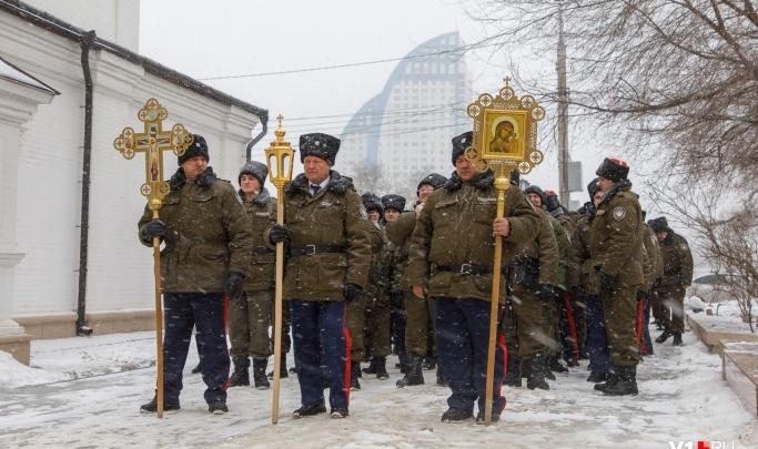 Стоит полиция, парковку запретили: в Волгограде отмечают годовщину служения казаков России