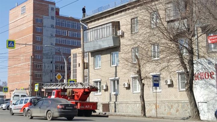 «Стоит на краю, шатается!»: к дому в Челябинске стянули экстренные службы из-за мужчины на крыше