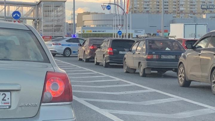 Мосты перекрыты, 8-балльные пробки, повсюду полицейские. Рассказываем, что стряслось в Тюмени