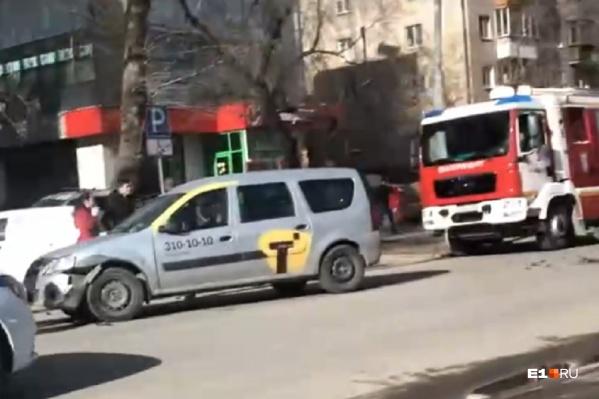 Пока неизвестны точные обстоятельства столкновения такси и иномарки