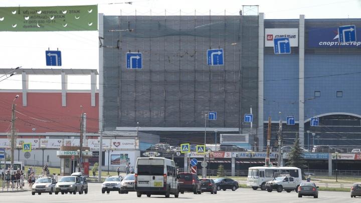 Ярко и крупным планом: на фасаде ТРК «Родник» начали монтировать большой светодиодный экран