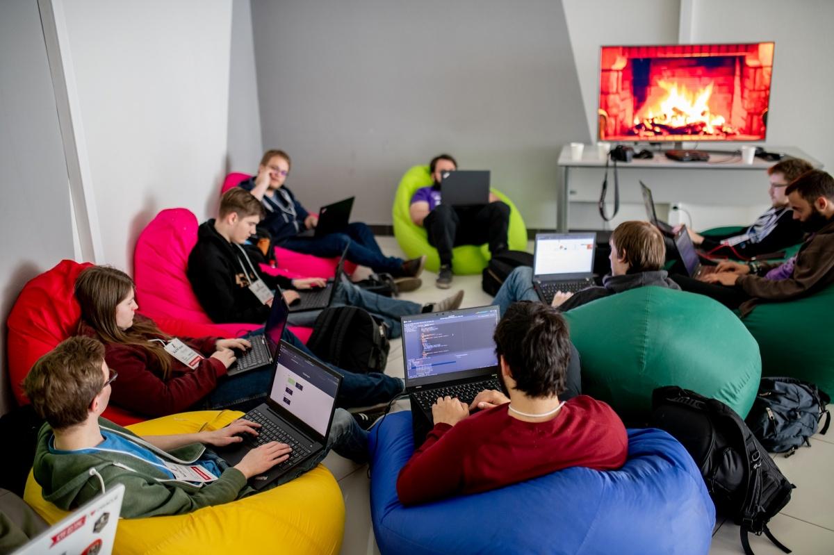 В просторных аудиториях и свободных холлах Технопарка «белым хакерам» было очень комфортно