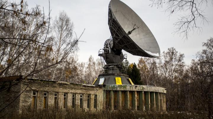 В Новосибирске нашлось заброшенное здание с гигантской тарелкой на крыше — туда пустят посетителей