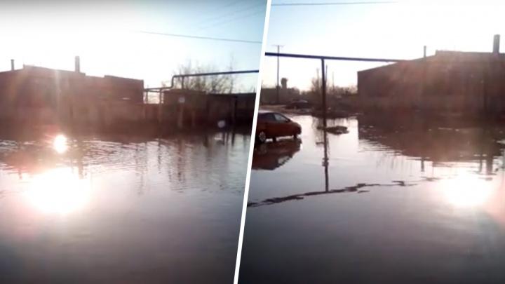 Улицу в поселке Кряж затопили фекальные стоки
