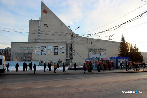 На «Театральной площади», как и на многих других остановках, сейчас можно увидеть отдельно стоящие киоски