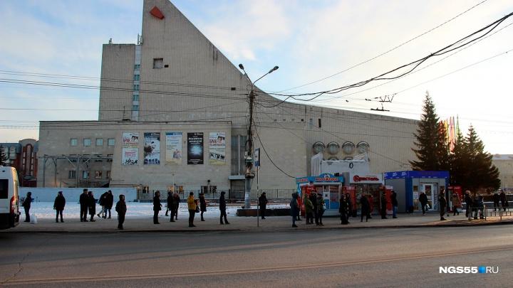 На остановках Омска вместо киосков решили размещатьторгово-остановочные комплексы