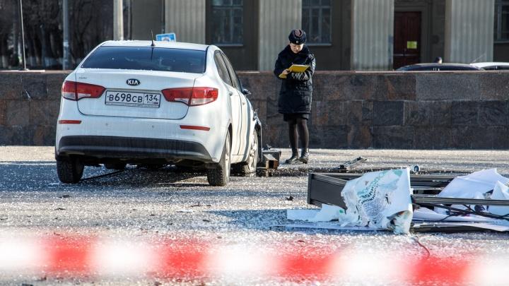 «Летела, не сбавляя скорости»: в центре Волгограда уснувшая студентка врезалась в остановку с людьми
