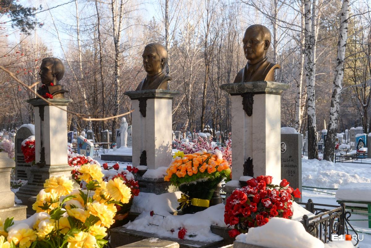 Много лет памятники лидерам ОПС «Уралмаш» выглядели так