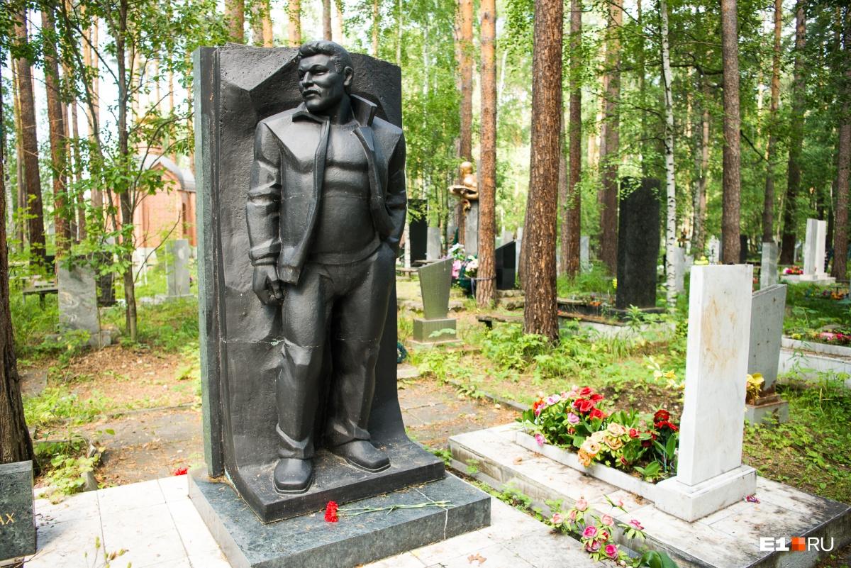 Рядом похоронен его друг, вор в законе Хакимджан Имьяминов по прозвищу Бурма. Егозастрелили возле собственного дома в Екатеринбурге
