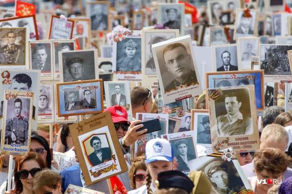 В руках тысяч волгоградцев штендеры с фотографиями сливались в одну большую реку портретов участников войны