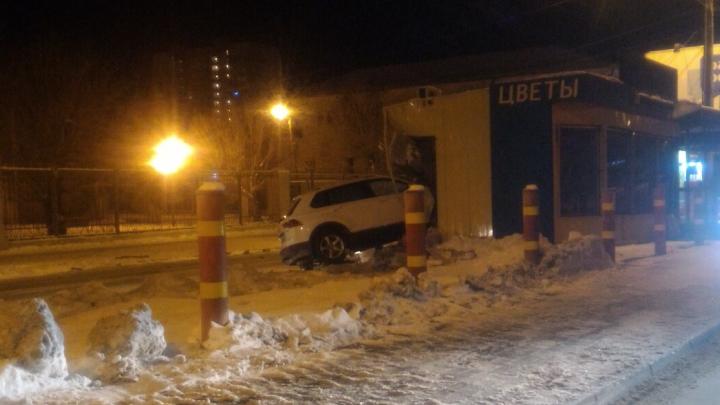 «Место — магнит»: в Челябинске Volkswagen влетел в цветочный киоск