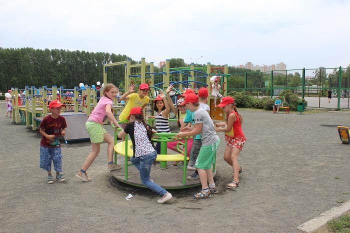 В парке Кемерово появилась детская площадка с мини-каруселью и теннисным столом (фото)