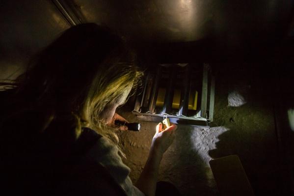 Женщина упала с лестницы во время игры в прятки в полной темноте