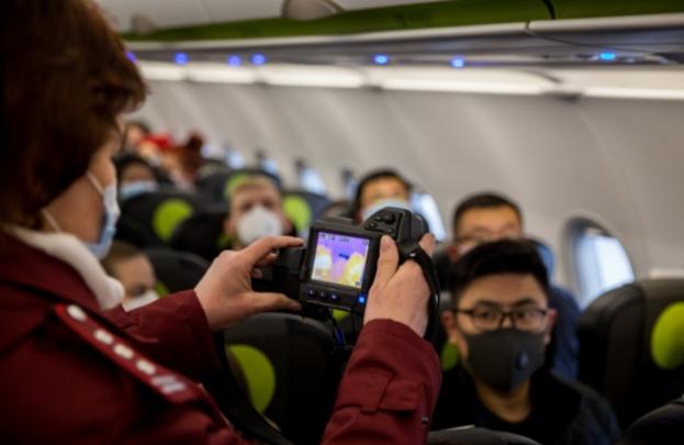 НГС снимал репортаж на борту самолета, которым предположительно прилетела студентка с коронавирусом