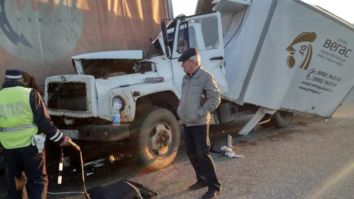 Страшная авария на трассе в Башкирии: грузовик залетел под фуру