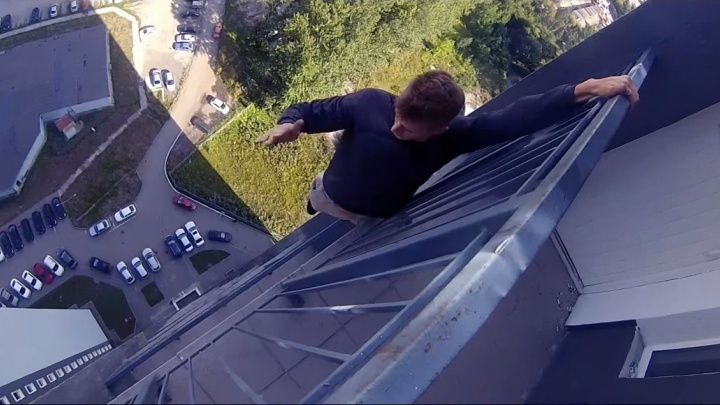 """""""Получаем от этого удовольствие"""": парни из Новоуральска сняли на видео, как скачут по крыше без страховки"""