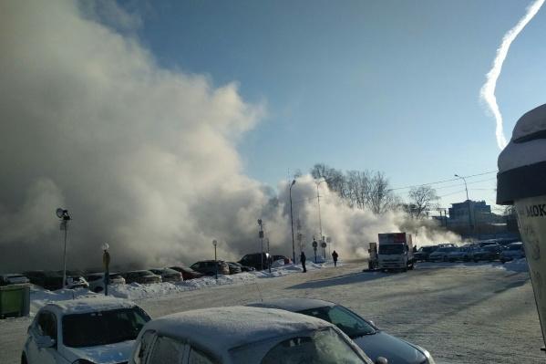 По словам очевидцев, прорыв случился около 14 часов. На место выехали тепловики