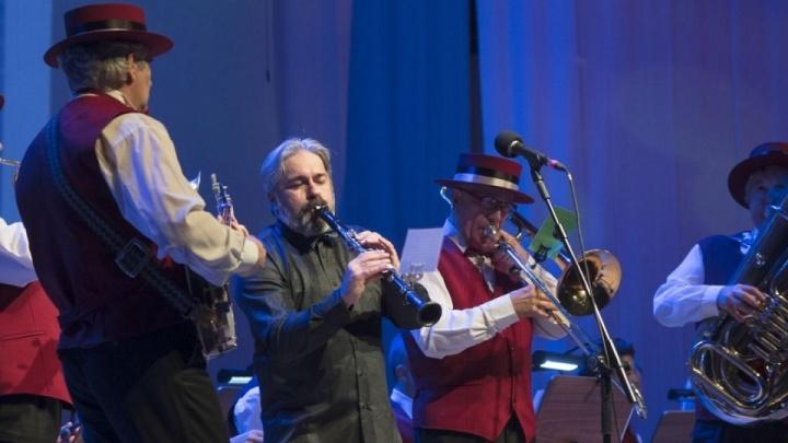 Омичи споют вместе с оркестром филармонии на главной сцене «МЕГИ»