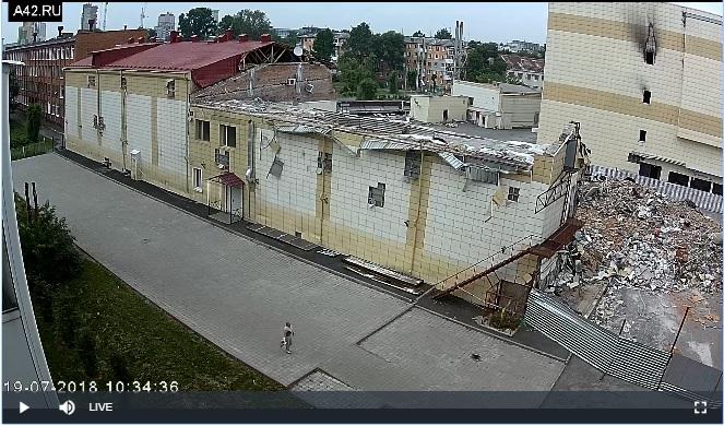 Екатеринбургский подрядчик продолжил снос сгоревшего ТРЦ «Зимняя вишня» в Кемерово