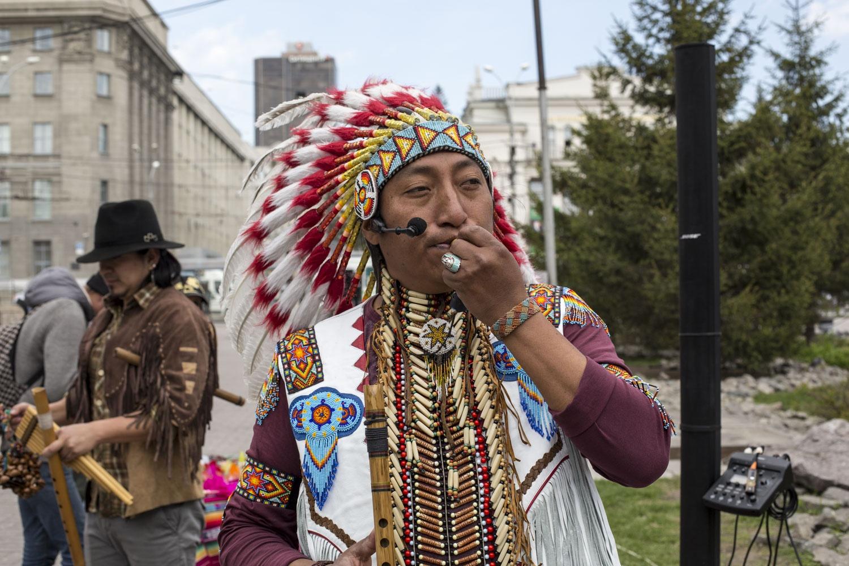 На каждое выступление Роберто наряжается в традиционную для его родины одежду, например кольчугу из костей животных, которую в древности носили индейцы