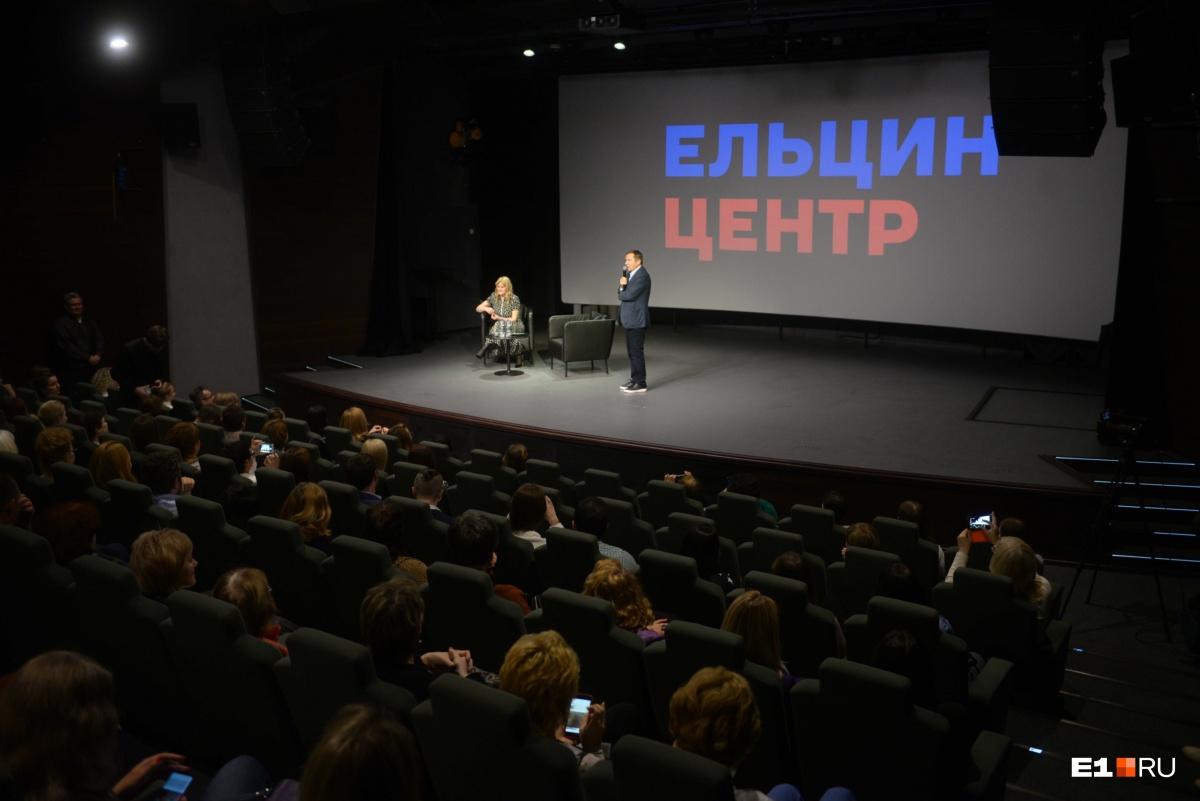 Валентин Юмашев лично вышел на сцену, чтобы представить Анну Михалкову.«Быть дочкой Никиты Михалкова тяжело. То есть это хорошо, но гораздо хуже, чем просто простого человека», — сказал Юмашев