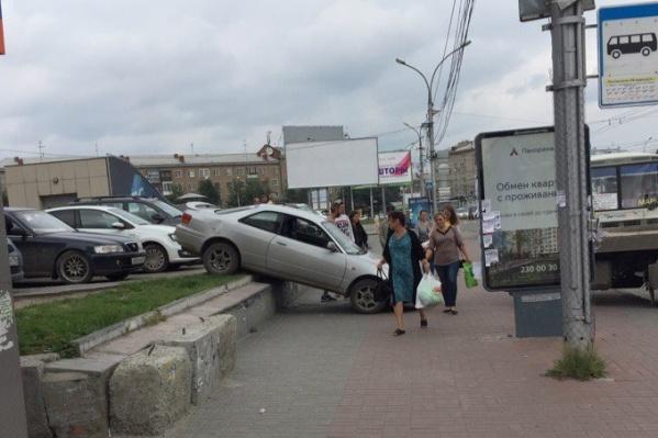 «Тойота» упала с парковки и упёрлась в тротуар