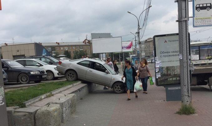 «Тойота» упала с парковки возле ТЦ на площади Маркса