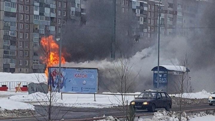 «Огонь уничтожил всё содержимое»: в Ярославской области сгорел прокат коньков на катке. Видео