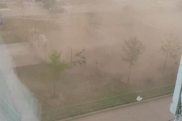 Жители микрорайона«Чистая слобода» сегодня наблюдали у себя во дворе«пыльные смерчи»