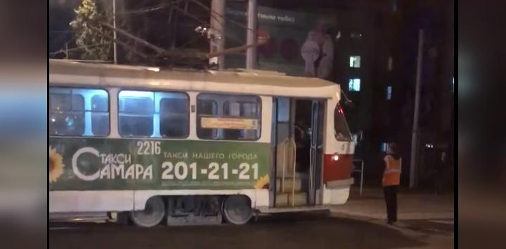 Застрял в проводах: трамвай перекрыл Московское шоссе