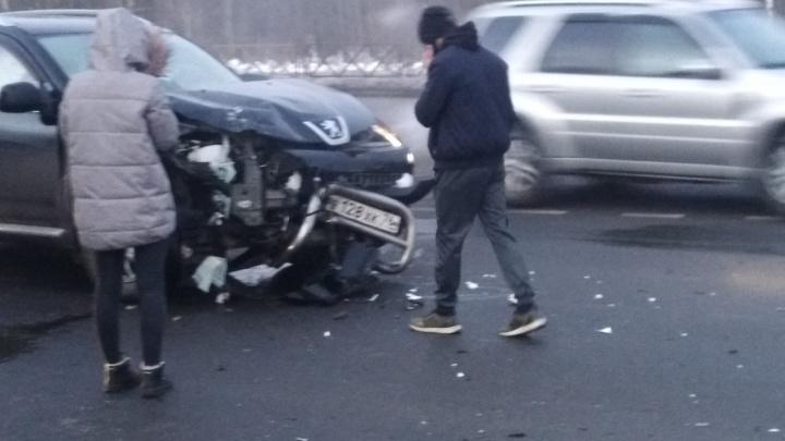 «Похоже, кто-то взял машину родителей»: в Ярославле юноша на внедорожнике разнёс морду «Газели»