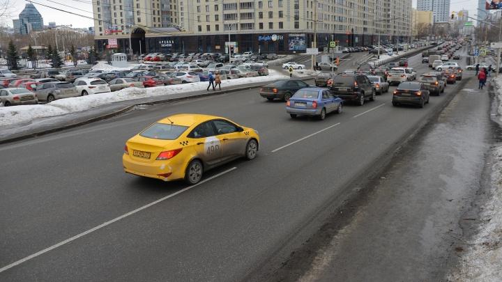 Весна пришла: на дорогах Екатеринбурга начали наносить разметку