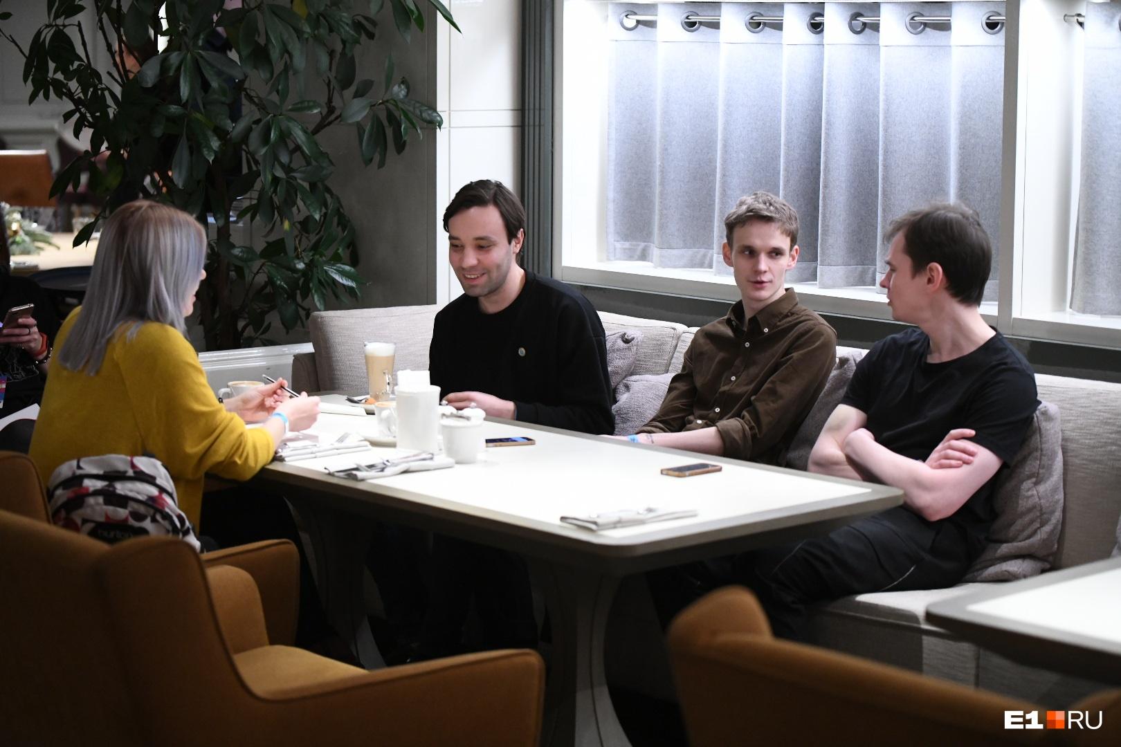 В современном составе группы трое парней, слева направо: Ярослав Тимофеев, Дмитрий Шугайкин, Вадик Королёв
